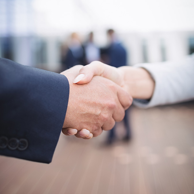 Geschäftsleute schütteln sich die Hand