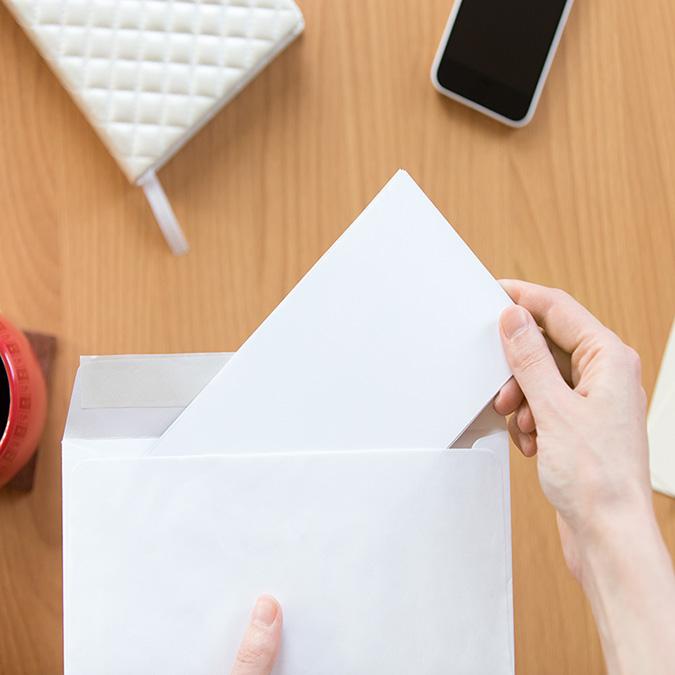 Person öffnet bzw. schließt einen Briefumschlag
