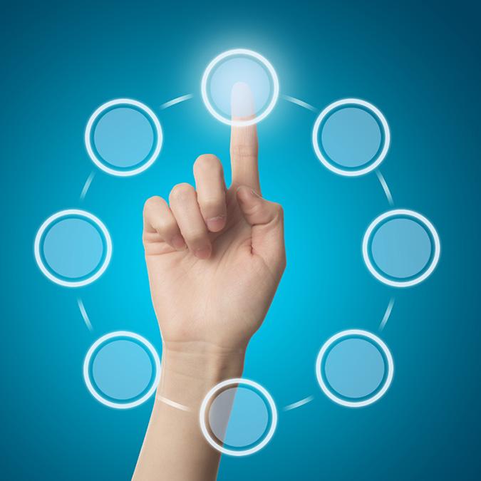 Eine Hand tippt in einem Kreislauf mit 8 einzelnen Kreisen mit dem Zeigefinger auf den Kreis oben in der Mitte, der dadurch hell erleuchtet