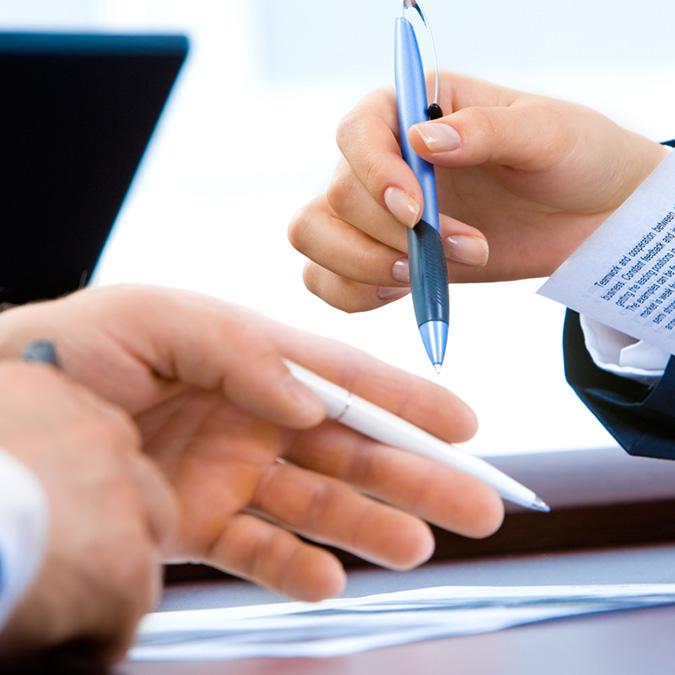 Hände halten Stifte